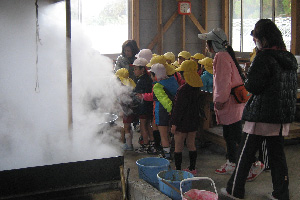 保育園の児童が施設を見学(製糖工場)