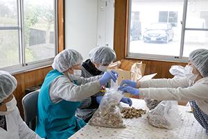 生産活動:椎茸の選別作業補助